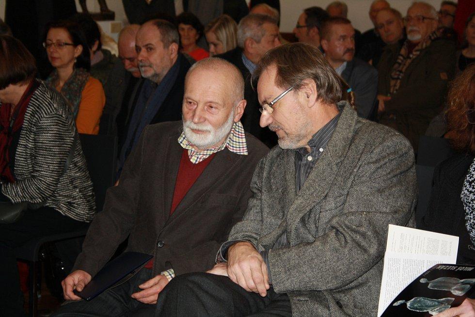 Umělecký večer zahájily rovnou tři vernisáže v galerii výtvarného umění v Hodoníně.