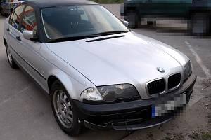 Policisté pronásledovali řidiče ve stříbrném BMW.