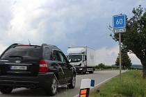 Řidiče mezi Čejkovicemi a Velkými Bílovicemi v současnosti usměrňují jen značky, které jim doporučují ideální rychlost.