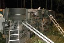 Cisterna převážející mouku havarovala v noci z úterý na středu na silnici číslo 54 mezi Žarošicemi a Slavkovem u Brna. Při nehodě se zranil řidič.