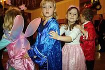 Prostory kyjovského kultuního domu zaplnily nejrůznější masky. S kouzelníkem tak tančili klauni, princezny, kostlivci, fotbalisti a mnoho jiných, nejen pohádkových, bytostí.