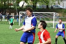 Mladý stoper Žarošic Adam Ždánský (v bílém) hlavou odvrací míč před milotickým útočníkem Tomášem Kasanem.