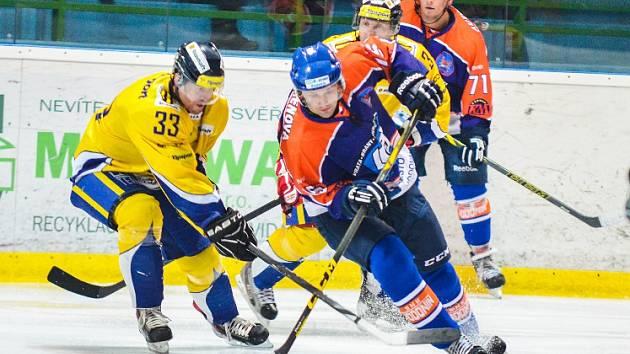 Hodonínští hokejisté (modrooranžové dresy) prohráli ve čtvrtém přípravném zápase se slovenskými Piešťany 4:7.