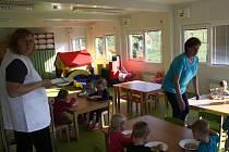 Z deseti kontejnerů vznikla v Uhřicích školka. Je zde herna, sociální zařízení, šatna, chodba, místnost na přípravu jídel a zázemí pro zaměstnance.