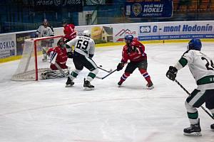 Jednu ze čtyř výher v letošním ročníku si hokejisté SHKM Hodonín (v bílých dresech) připsali v duelu s Uherským Hradištěm.