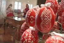 Výstava kraslic v Žarošicích spojená s ukázkami velikonočních řemesel. Zdobit kraslice mohl tehdy každý návštěvník sám.