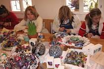 Výstava kraslic v Žarošicích spojená s ukázkami velikonočních řemesel. Zdobit kraslice může každý návštěvník sám.