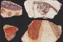 Zlomky velkomoravských omítek s barevnými motivy z mikulčických kostelů.