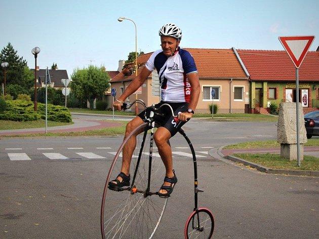 Zástupci Lužic i známí cyklističtí závodníci se na kolech vydali do francouzského Isdes, partnerské obce Lužic.