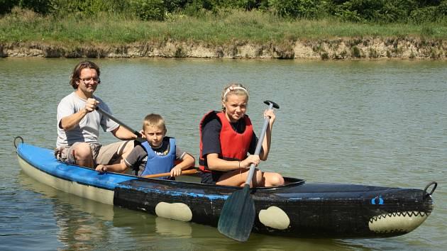 Příměstský skautský tábor kyjovských junáků umožnil táborníkům si vyzkoušet plavbu v kánoi na Panských rybnících ve Ždánicích.