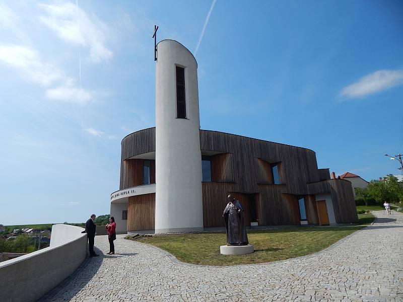 V Bukovanech kromě kaple zasvěcené svatému Janu Pavlovi II. nyní stojí také jeho socha. Autorem více než dvoumetrového díla je akademický sochař Radim Hanke ze Zlína.