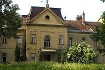 Redlichova vila stála u krásného parku v areálu cukrovaru. Její vstupní halou se vinulo vyřezávané dřevěné schodiště. Na současném snímku už místo, kde vila stála, vůbec nic nepřipomíná.