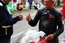 Motocyklová legenda Jim Redman na startu Kyjovského okruhu.