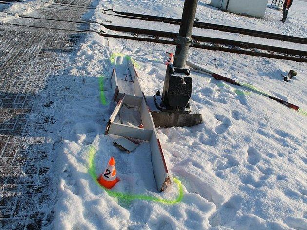 Neuvážený řidič nákladního vozidla nedbal signalizací a přední částí vozu narazil do závory, kterou tímto zlomil. Zastavil se až za železničním přejezdem.
