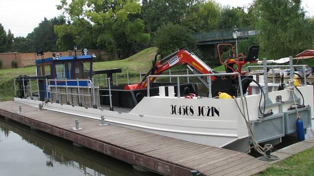 Čtrnáctimetrové plavidlo pojmenované Jožin má Baťův kanál čistit od bahna.