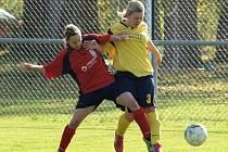Hodonínská kapitánka Ilona Podrazilová (ve žlutém) bojuje o míč s hráčkou Vítkovic. Nesyt doma deklasoval soupeře z Ostravy 12:0.