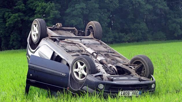 Po srážce skončil řidič s autem v poli.