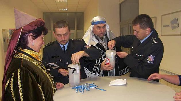 Do charitní kasičky peníze předával vedoucí hodonínského územního odboru Petr Flašar spolu s tiskovým mluvčím Petrem Zámečníkem.