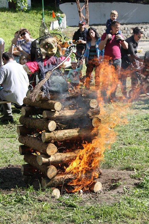 V Bzenci na Hodonínsku lákala návštěvníky vatra připravená k pálení čarodějnic i program pro děti.