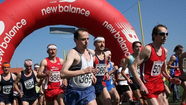 Závodníci vybíhají na vacenovickou trať
