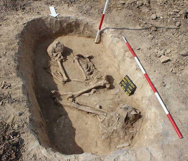 Nedaleko archlebovského hřbitova objevili archeologové kostry pravěkých lidí, kteří zde žili před čtyřmi tisíci let. Výbavu řady hrobů ochudili jejich vykradači, itak badatelé objevili výjimečnou hrobovou jámu, vníž měl zemřelý unohou nádobu spopelem.