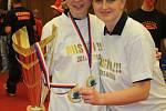 Stolní tenistky Hodonína opět po roce navlékly mistrovská trička a pily z poháru šampaňské. Úřadující české mistryně potvrdily v nejvyšší ženské soutěži svoji letošní dominanci, když finálovou sérii proti Břeclavi ukončily v nejkratším možném čase.