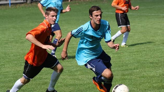 Fotbalisté Žarošic (v oranžových dresech) porazili ve třetím kole první B třídy skupiny C Hroznovou Lhotu 2:1. Hosté byli lepší, ale doplatili na mizernou koncovku.