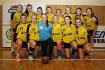 První zápas turnaje mladších dorostenek o Pohár města Hodonína 2016, v němž házenkářky HK Hodonín (ve žlutém) porazily UKS Varsovia Varšava.