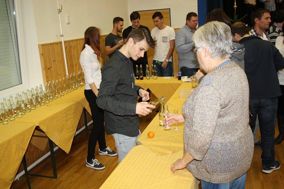Už čtvrtý Košt pálenek, vánočního cukroví a silvestrovských pomazánek se uskutečnil v sobotu na sokolvně v Čejči.