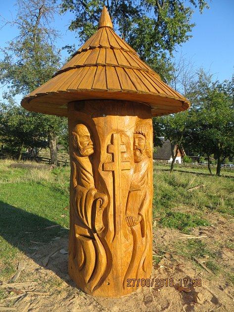 Klát sCyrilem a Metodějem vznikal na druhém Řezbářském sympoziu vModré. Prvních pět včelích úlů udělali autoři vdobě Kunovského léta, poslední čtyři vytvoří vzáří řezbáři při Burčákových slavnostech vBoršicích.
