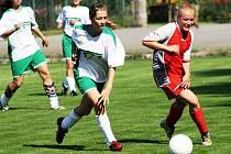 Domácí záložnice Soňa Cigánková (v červeném) bojuje o míč se záložnicí Mutěnic Michalou Brožovičovou.
