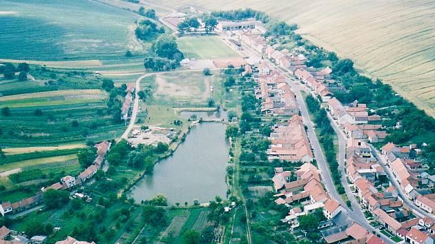 Pohled na dolní část Hovoran. První písemná zmínka o obci pochází z roku 1593, lze se však domnívat, že Hovorany existovaly mnohem dříve. Původními obyvateli byli Chorvaté, kteří ze své domoviny utekli před vpády nepřátel.