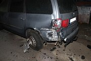 Silně opilý mladý řidič nezvládl v noci na neděli řízení. Narazil do stojícího auta a jeho cesta skončila nárazem do domu.