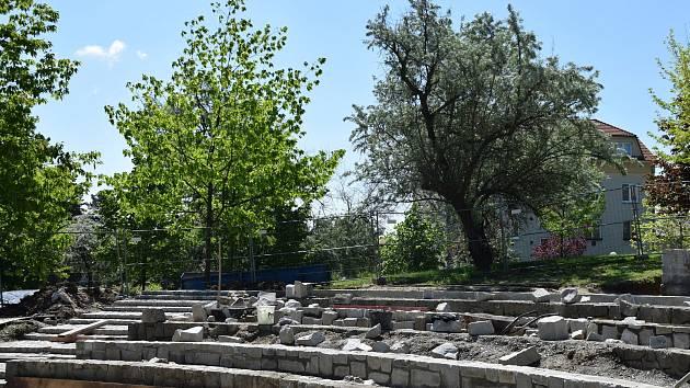 Rekonstrukci lázeňského amfiteátru dokončí řemeslníci před prázdninami.