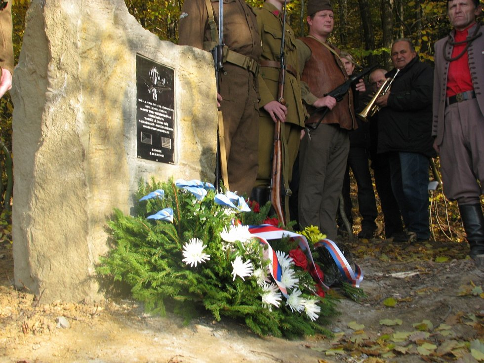 Odhalení pamětní desky shozu vojenské pomoci z amerického bombardéru pro odbojovou skupinu Carbon Bohuslavice.