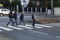 Přechod pro chodce přes silnici v Dvořákově ulici v Hodoníně mezi autobusovým a vlakovým nádražím.