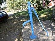 Studna za zámeckou zahradou v Miloticích byla kvalitou vody vyhlášená.