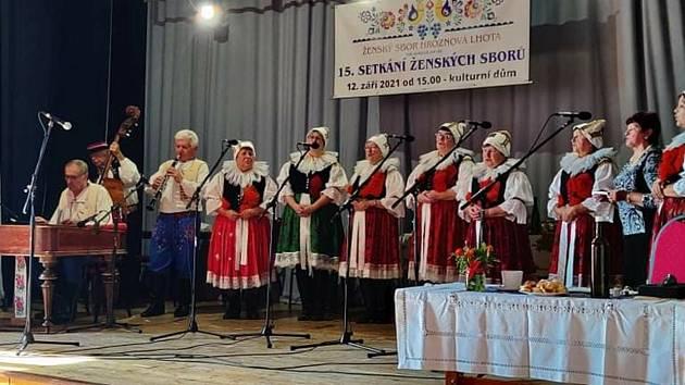 Ženský sbor z Hroznové Lhoty při vystoupení.