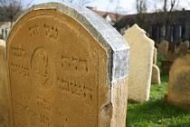 Židovský hřbitov ve Strážnici opravovala Federace židovských obcí posledních pět let. Letos práce završila opravou druhé části náhrobků.