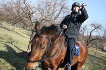 Tři desítky policistů se spolu s koňmi i psy vydali v úterý ráno na Lučinu a Mlýnky. Kontrolovali chaty.