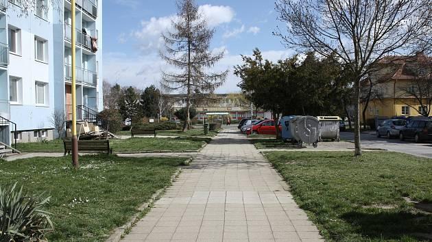 Chodníky kolem strážnického sídliště v Kovářské ulici finišují.