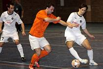 Futsalisté Dubňan prohráli s lídrem soutěže 2:5. Na snímku bojuje o míč dubňanský Příkazský (v oranžovém) s Herůfkem.