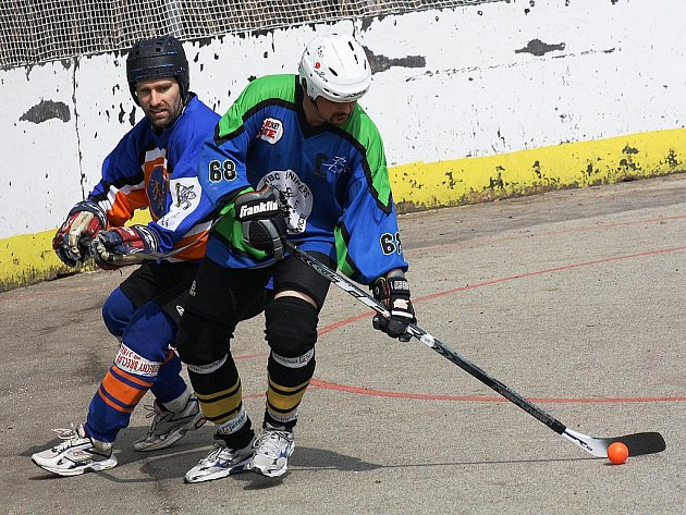 Hokejista Martin Vyrůbalík (vlevo) pomohl Gladiátorům k výhře nad Dolními Bojanovicemi.