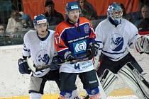 Hodonínský útočník Zdeněk Kučera (v modrém) zvyšoval na začátku závěrečné části na 4:1.