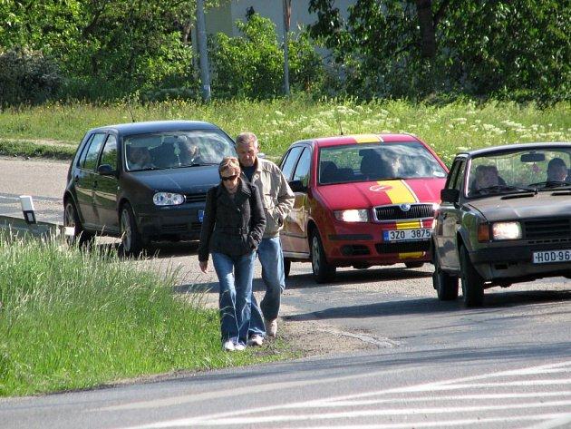 Ke Kauflandu v Kyjově lidé chodí podél silnice, nebo ji nekontrolovaně přebíhají.