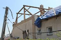 Odklízení následků tornáda v Mikulčicích v úterý odpoledne.