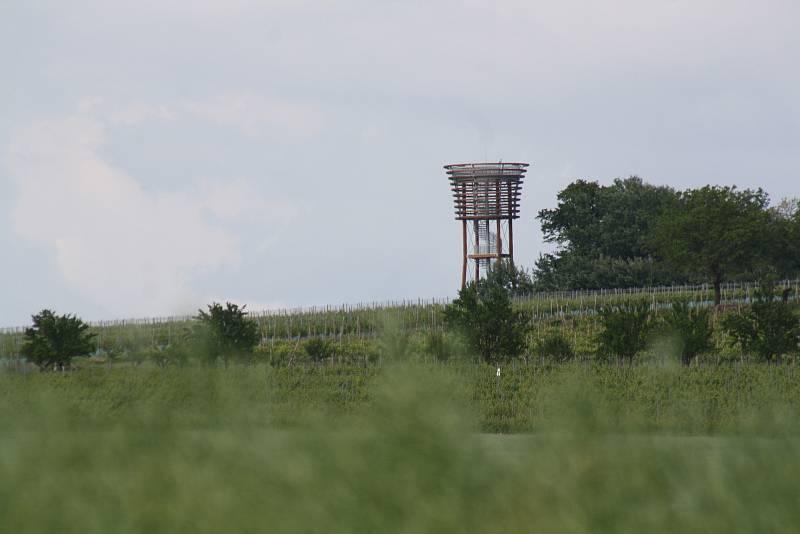 Rozhledna na vrhu Radošov u Veselí nad Moravou.