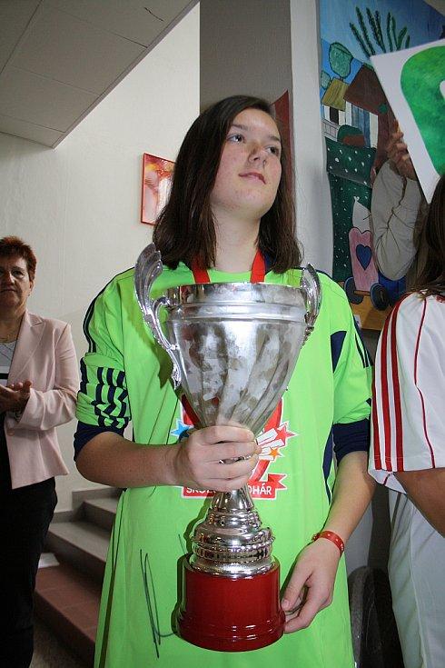 Přivítání vítězných fotbalistek v základní škole v Mutěnicích.