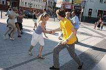 Na pěší zóně v Hodoníně tančilo několik desítek milovníků swingu.
