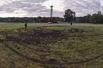 Kruhy v trávníku i hromadu odpadků po sobě nechali vandalové v areálu Slovanského hradiště v Mikulčicích.